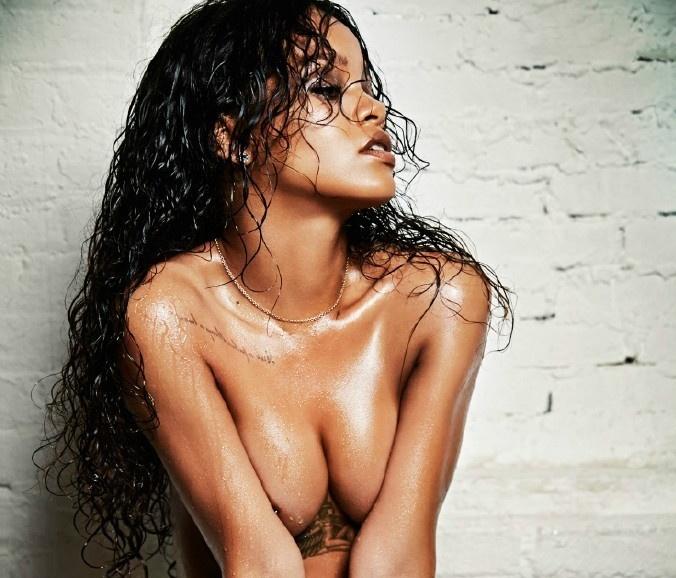 性感到反人類 蕾哈娜兩年前性感寫真濕身近全裸