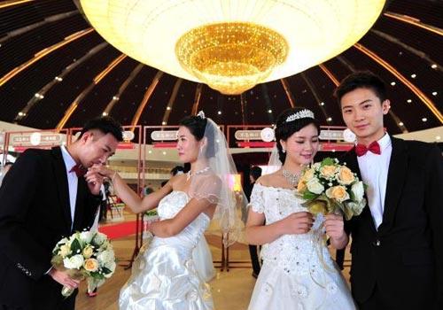"""20对""""90后""""蒙古包内集体婚礼"""