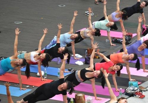 成都街头上演瑜伽秀引围观