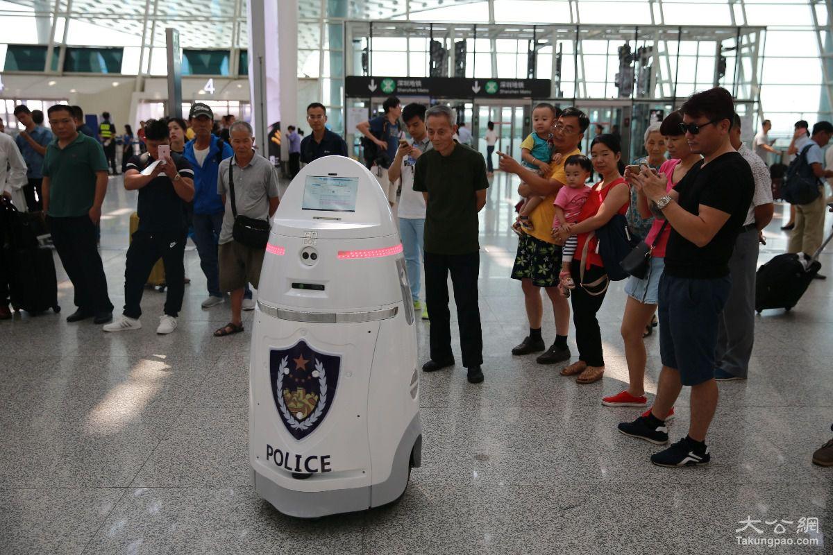 國內公安首臺智能安保機器人在深圳上崗