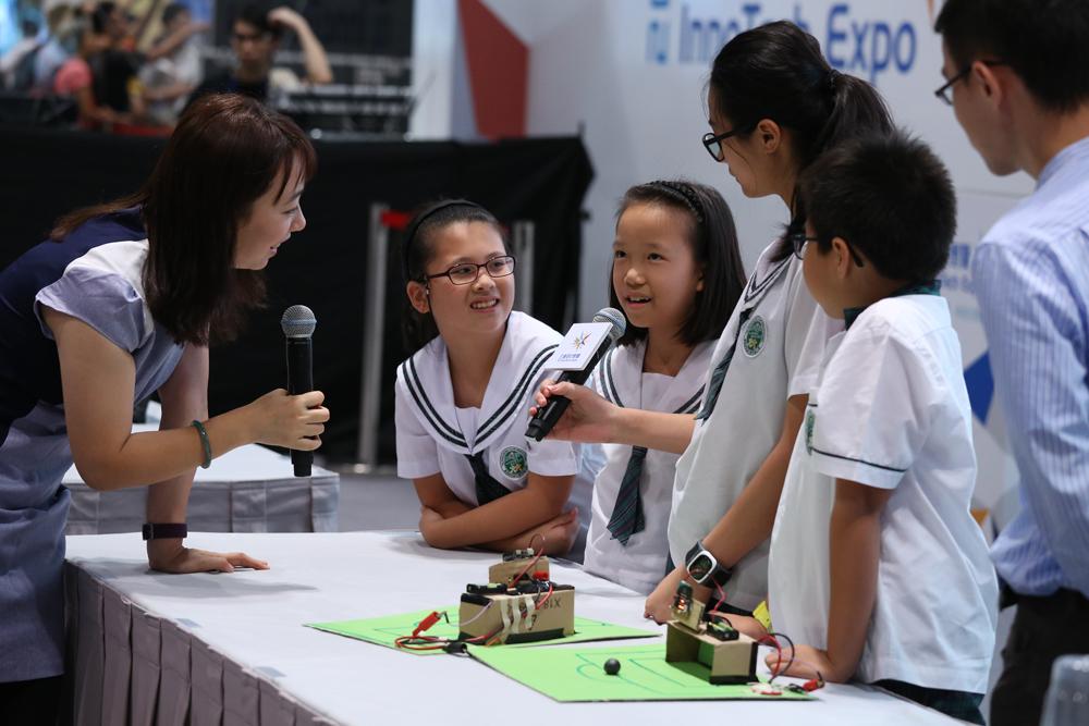 图:香港教育大学赛马会小学的小科学家向徐颖展示传感器制作足球计