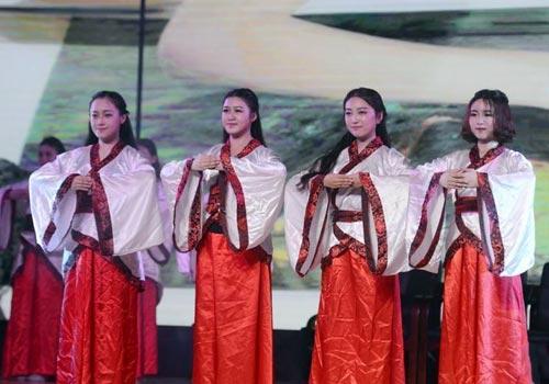 湖南女子学院新生着古装行拜师礼 千人共诵《弟子规》