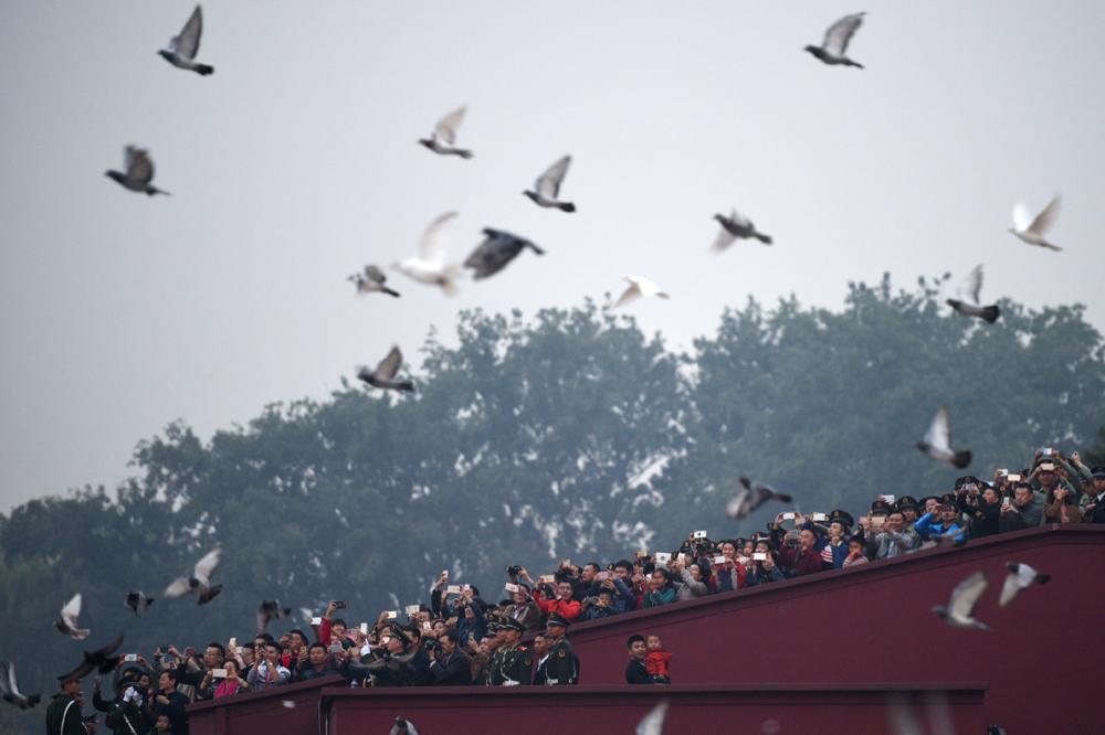 观看_图:超过10万人观看天安门广场国庆升旗仪式,仪式后和平鸽展翅飞起