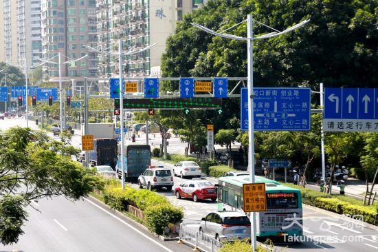 深圳报道)为缓解道路交通拥堵,深圳交警在南山区2路口启用升级优化版