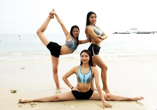成都大学女子全明星健身队沙滩训练备战大赛展身姿