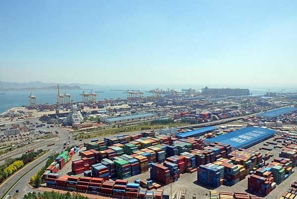大连港集装箱码头。大连港供图   布局国内一流冷链物流网   对于近年来国内高速增长的冷链业务,大连港相关部门负责人表示,大连港已提前布局,冷链业务获得国际水产品国际中转许可。冷藏水产等国际中转业务正以60%的年增速快速发展。自贸区设立后,不仅将对国际中转业务国外付费带来更大便利,还会对中韩、中俄水产品、肉类进口等业务带来重大机遇。   据记者了解,大连港在大窑湾保税港区内的冷链物流园区,有国内保税港内最大、最先进的冷库群,是国内唯一一个集保税港区、专业冷藏船泊位、集装箱码头及冷库群于一个区域内的专业化