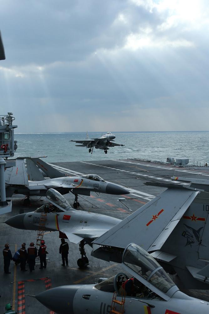 辽宁舰首展全甲板放飞战力 编队演习建海洋强国