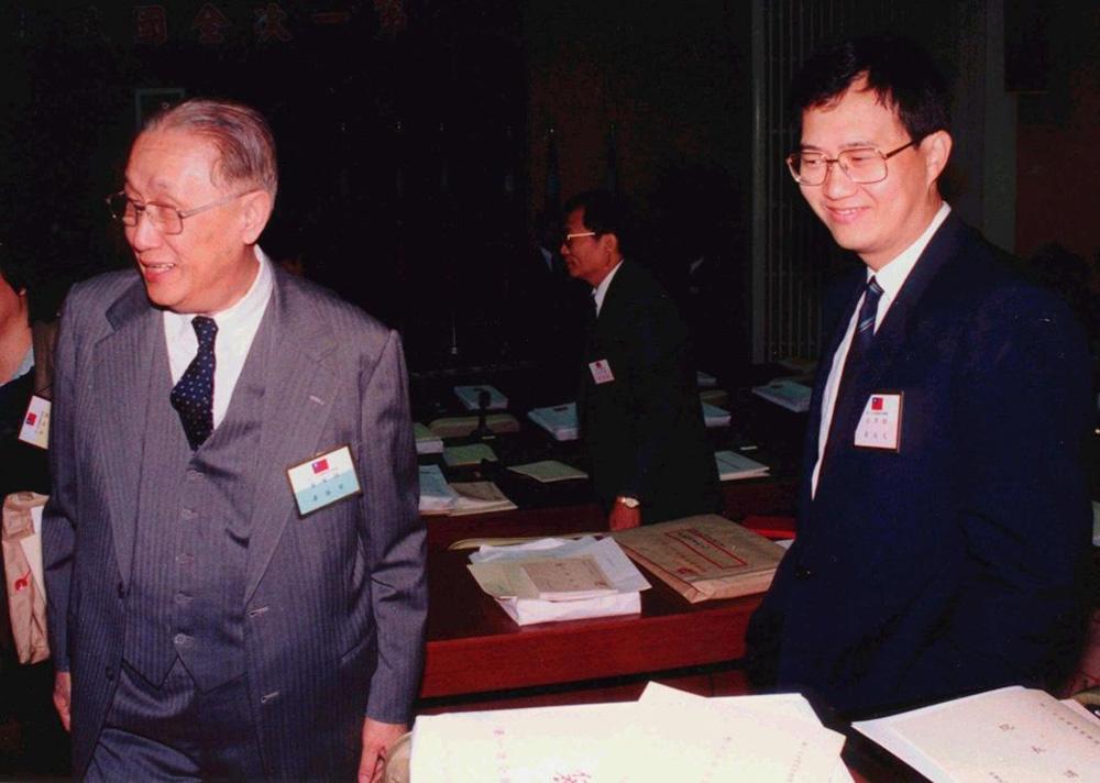 图:海基会前董事长辜振甫(左)与儿子辜成允\资料图片