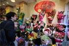 港市民情人节选购玫瑰花束献情人