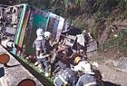 台北旅巴側翻釀數十人死傷 疑轉彎速度過快失控