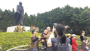 深圳市民莲花山追思邓小平 塑像前摆满鲜花