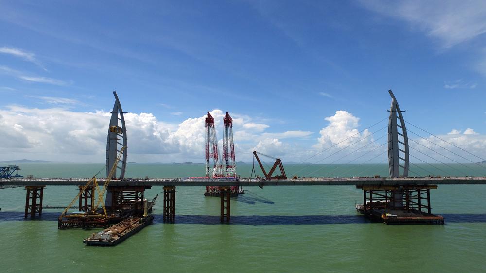 图:港珠澳大桥落成通车后,粤港澳将进一步融合发展,形成一个具有
