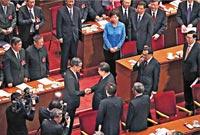 习主席握手祝贺梁振英当选的政治寓意