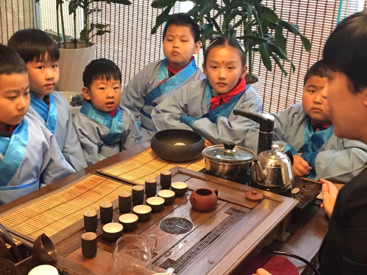 听老师讲述茶道故事   据了解,该中华文化体验基地以孔子思想与儒家文化、诗乐书画茶棋文化、地域文化为主要内容,面向济南市少年儿童开展形式多样、丰富多彩的优秀传统文化教育及项目体验,让孩子们从小接触、了解、热爱博大精深的优秀传统文化。