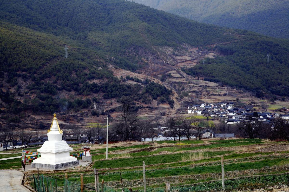 """地处世界自然遗产""""三江并流""""腹地,维西塔城启别村恬静秀丽."""