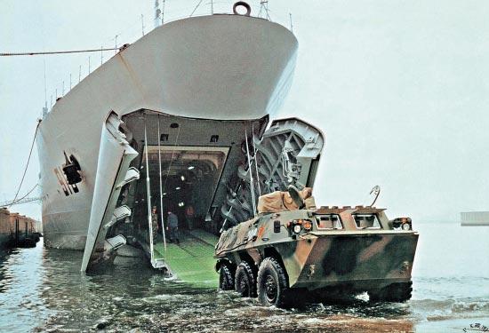 """中国造舰扩建两栖战力 实现""""从天而降""""式立体登陆"""