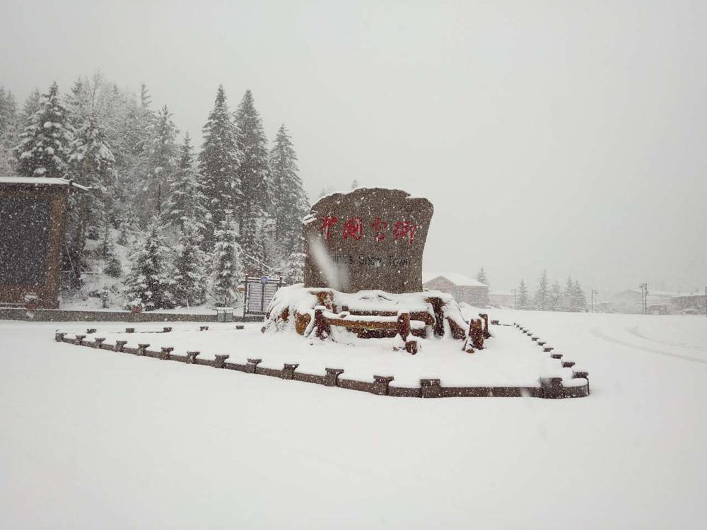 """位于黑龙江大海林林业局的""""中国雪乡""""景区飘来了一场纷纷扬扬的春雪."""