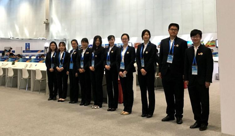 大学生志愿者上岗 展中国青年形象