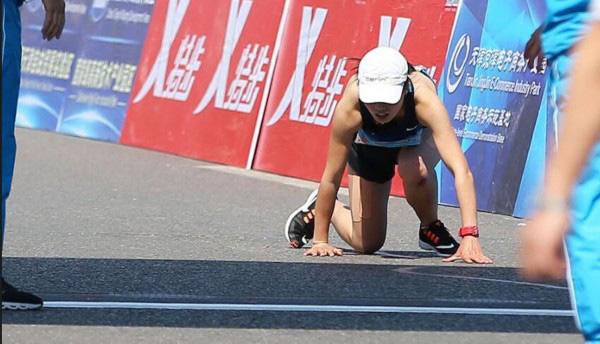 全运会马拉松选手爬过终点无人扶?