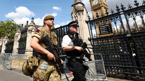 """英国恐袭威胁提升至""""危急"""" 3800军人护地标"""