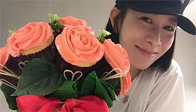 佘诗曼晒捧花美照 笑问网友:花美,还是人美?