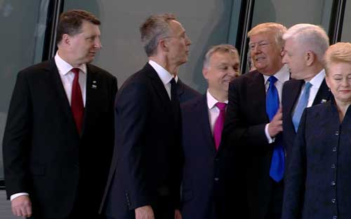 北約峰會首秀失禮 特朗普推黑山總理霸頭排