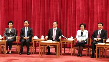 張德江等領導入場 同與會代表握手