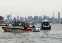 美海军跳伞表演一人丧生