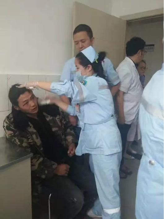图:茂县人民医院医护人员为伤者包扎 网络图片