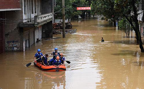 暴雨肆虐长江一号洪水鸣警 湖南400万人受灾