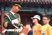 香港小学生走进天安门国旗护卫队营地