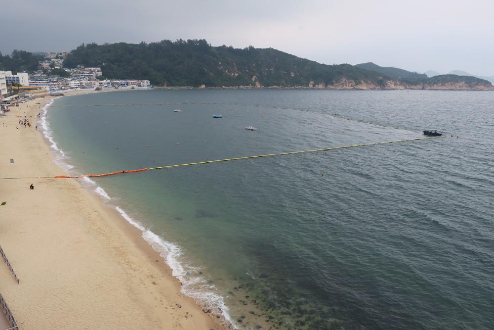 图:来到长洲一定要到优美的沙滩看看,既可在海边漫步,又可作水上活动   香港人对长洲并不陌生,这个离岛近十几年更成为游客胜地。其中每年一度的长洲太平清醮,更是吸引不少港人及游客的盛事,他们是专程来观赏飘色巡游、抢包山的。到长洲旅游,对游客来说真是赏心乐事,但不少原居民对长洲成了游客景点,心里却另有感受,感嘆长洲的宁静和朴实已一去不返。/大公报记者陈惠芳 文、图   长洲的景点,相信不少游人已耳熟能详,长洲已是很多游客一再重游的地方。记者最近访问了一位长洲原居民袁女士,让她介绍值得一游再游的景点