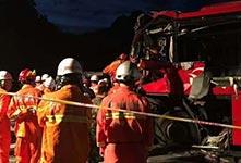 京昆高速客车撞向隧道口 致36人死亡