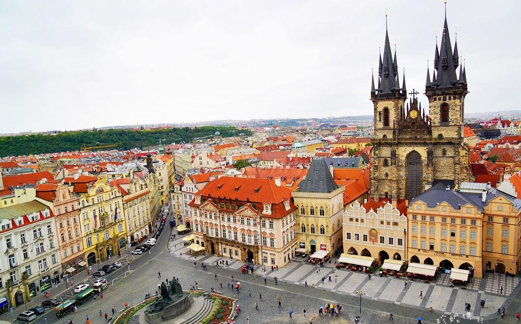 图:布拉格风景如画,整个城市都被列为世界文化遗产   作者供图   陪女儿过暑假,到英国一游后,自然也少不了去欧洲的其他国家走走看看。行程匆忙,却足足留了五天的时间在布拉格这座我心心念念了许久的城市。   这座被评为世界文化遗产的黄金之城果然没有让我失望,当我真真切切地站在这片土地上时,只觉得一切都如梦成真般恰到好处,正是想像中布拉格该有的模样。伏尔塔瓦河把布拉格分为两半,红顶黄墙的波希米亚风在阳光的照耀下宛若梦境。河畔的古城就是一件艺术品,一个建筑博物馆,一本歷史书和一个大自然的画廊。