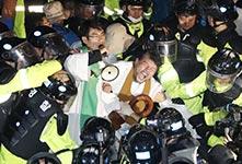 """韩民阻""""萨德""""与警方起冲突"""