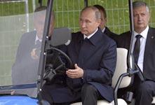 普京参观公园 亲自开观光车