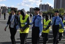 警方押解275名电信诈骗嫌疑人