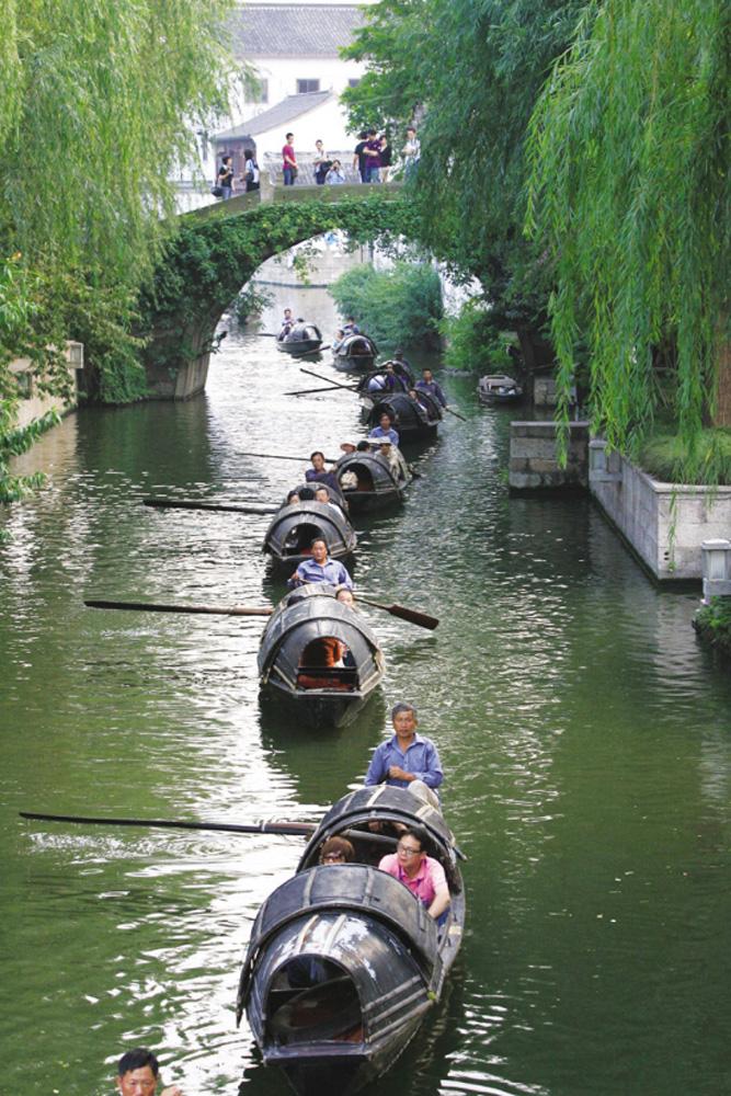 图:乌篷船是绍兴水乡的一道风景线   资料图片