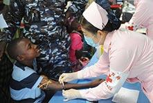 和平方舟为塞拉利昂提供医疗服务