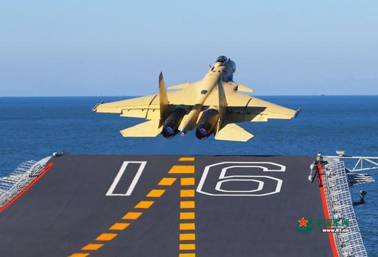 2012年11月23日,歼-15飞机在辽宁舰上成功起飞,着舰.