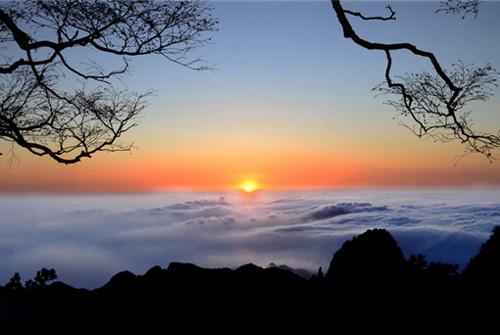 云海伴红叶 最美尧山