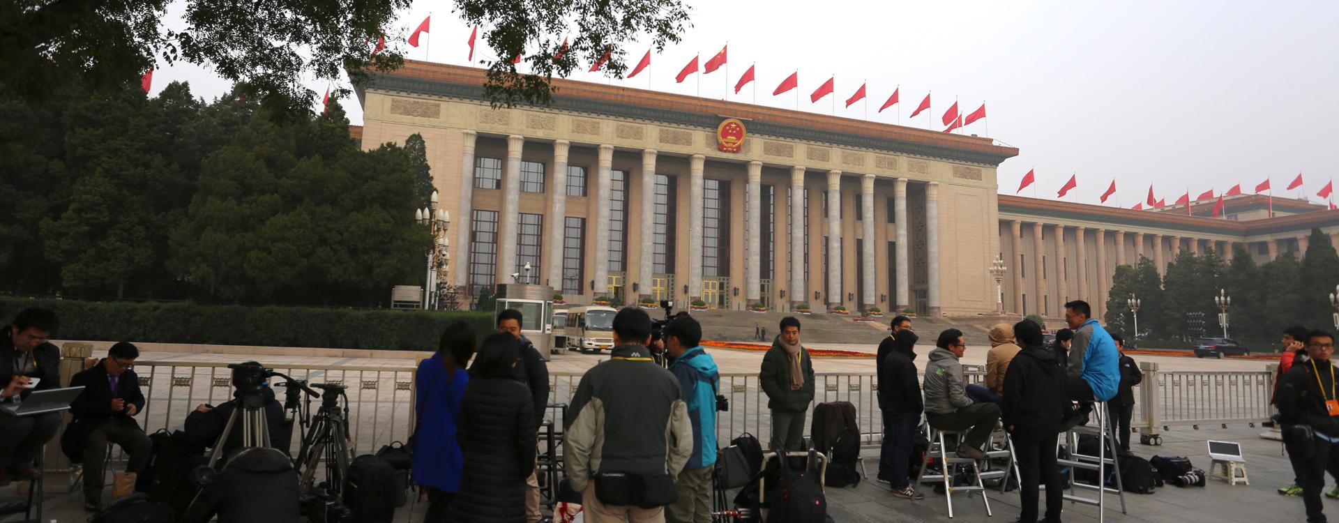 十九届一中全会今举行 中外记者在人民大会堂外排队