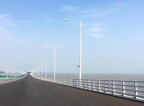 旅游巴登上港珠澳大桥珠海段,路面已铺上沥青,但未画行车线,沿