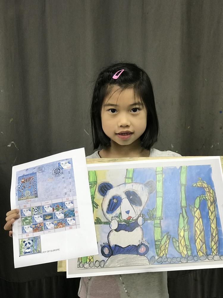 """就读小学一年级的许嘉澄,凭作品""""小熊猫开饭了"""",在塞尔维亚首都贝尔格"""