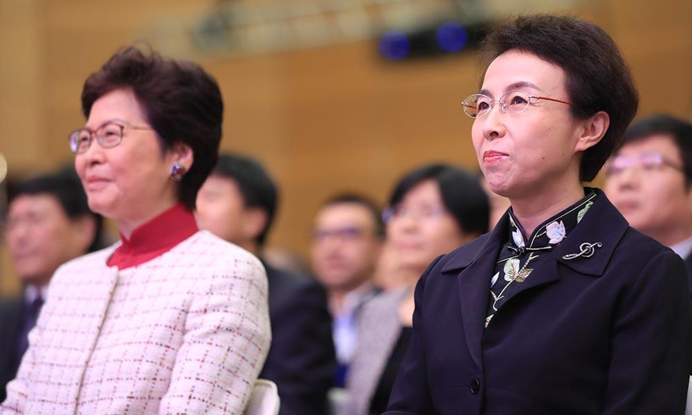 林郑月娥(左一)、程红(右一)