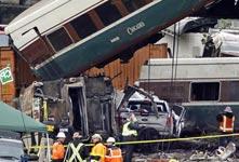 美国一列车脱轨坠桥致多人伤