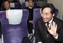 """韩总理李洛渊试乘""""奥运高铁"""""""