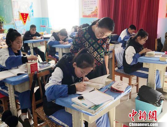圖為楊冬梅指導蒙古族學生正確讀、寫漢字。受訪者供圖