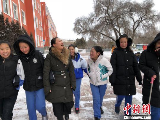 圖為課下楊冬梅與學生們親密如友。受訪者供圖