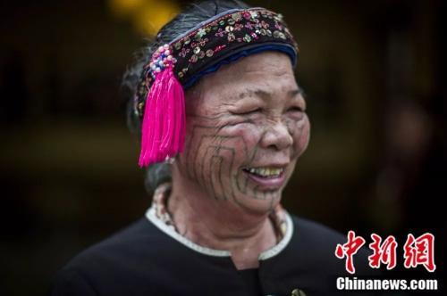 符丽花老人展示黎族润方言独特的面部纹样。 骆云飞 摄